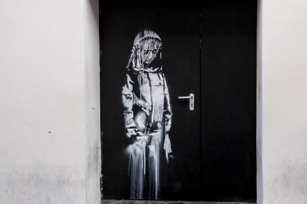 Ritrovata la porta del Bataclan con graffito di Banksy