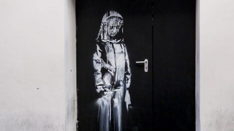 Ritrovata la porta del Bataclan con graffito di Bansky