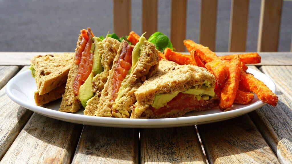 Club sandwich con salmone affumicato e avocado: laricetta