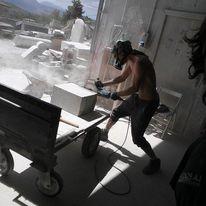 Dante Jovanna mentre realizza la scultura dedicata a Domenico Carrara